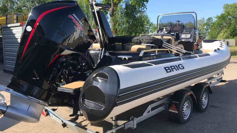 Wie man ein Boot an einer Slipanlage ein- oder auswassert