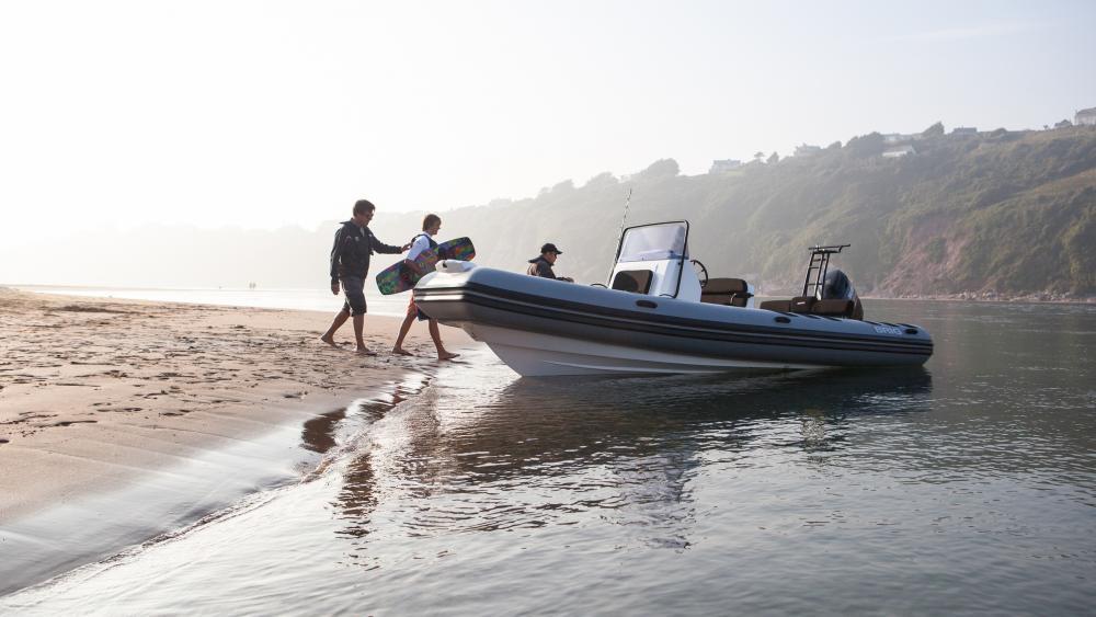 Festrumpfschlauchboot wakeboarden